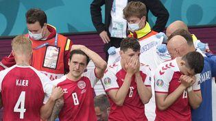 Les joueurs danois après le malaise de Christian Eriksen lors de Danemark-Finlande, le 12 juin (MADS CLAUS RASMUSSEN / RITZAU SCANPIX)