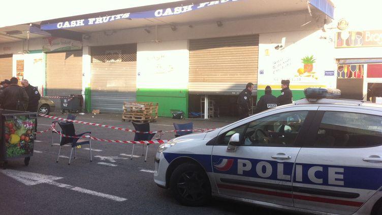 La police devant le marché d'interêt national à Nice (Alpes-Maritimes) où a eu lieu une fusillade, le 10 février 2012. (MARC MERHAN / NICE MATIN / MAXPPP)