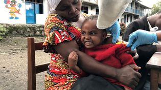 Une fillette en train de se faire vacciner contre la rougeole dans son école, à Goma (République démocratique du Congo), le 11 décembre 2019. (REUTERS)