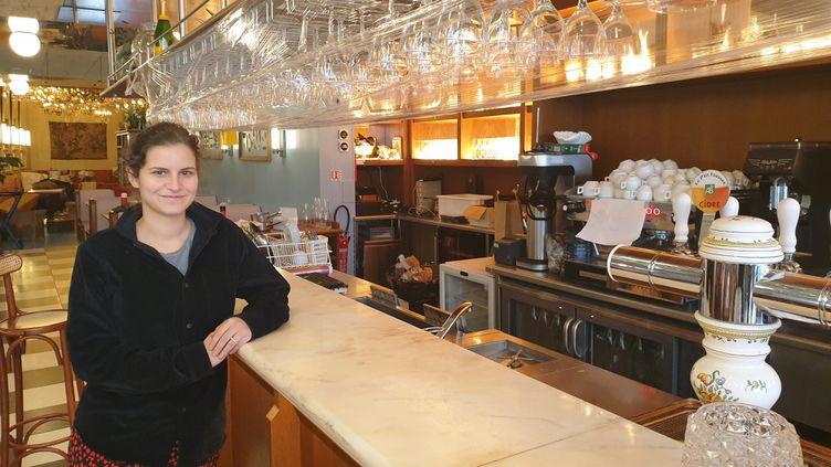 Juliette Cerdan, la co-gérante de la brasserie Rosie à Bastille (Paris), attablée au comptoire du restaurant, le 4 mai 2021. (CHARLES-EDOUARD AMA KOFFI / FRANCEINFO)