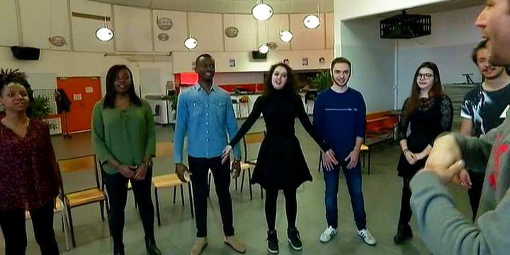 Les jeunes orateurs doivent également apprendre à utiliser leur corps comme média du langage.  (France 2 / Culture Box)