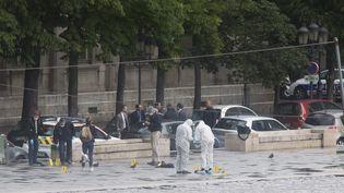 Les enquêteurs sur le parvis de la cathédrale Notre-Dame, à Paris, après l'attaque contre un policier, le 6 juin 2017. (PHILIPPE DE POULPIQUET / MAXPPP)