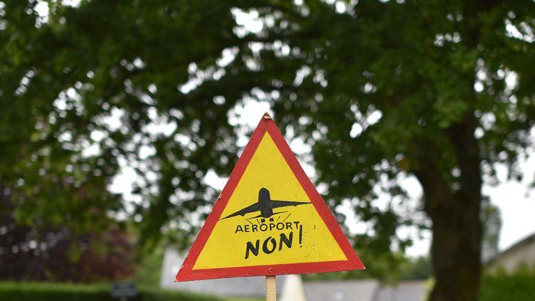 Un panneau posé par des opposants au projet d'aéroport, le 13 juin 2016 à Notre-Dame-des-Landes (Loire-Atlantique). (LOIC VENANCE / AFP)