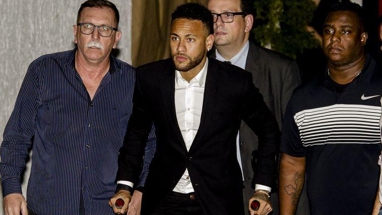 Neymar sort d'un commissariat de Sao Paulo, le 13 juin 2019, où le footballeur a été entendu pendant plus de cinq heures. (SUAMY BEYDOUN / AGIF / AFP)