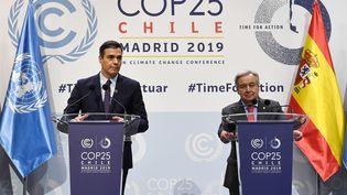 Pedro Sanchez, le premier ministre espagnol (G) et Antonio Guterres, le Secrétaire général des Nations unies (D) lors de la conférence de presse de la COP25, le 2 décembre 2019, à Madrid (Espagne). (PIERRE-PHILIPPE MARCOU / AFP)