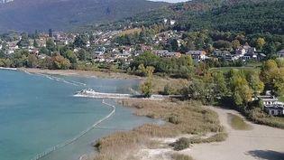Une opération assez rare se déroule au lac du Bourget (Savoie). Des millions de tonnes d'eau vont être libérées et le niveau d'eau du lac va être rabaissé afin d'aider au bon développement des roseaux. Une manœuvre qui requiert une logistique importante. (France 2)