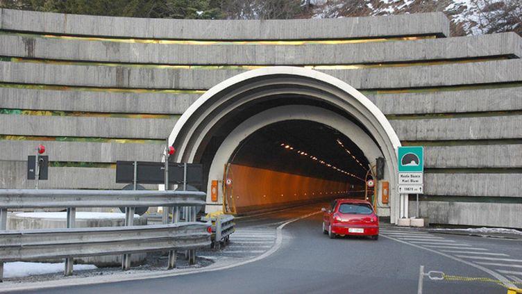 """(Le tunnel du Mont-Blanc est fermé pour une """"durée indéterminée"""" © Maxppp)"""