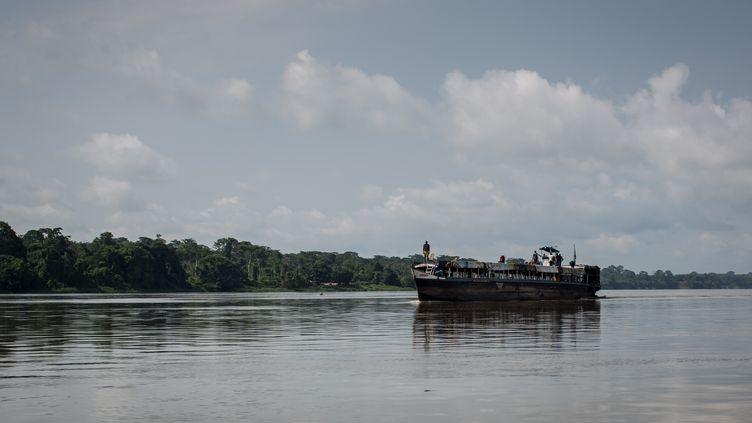 Un bateau sur la rivière Ubangui, en République démocratique du Congo, le 24 juin 2015. (FEDERICO SCOPPA / AFP)