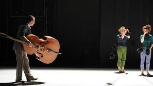 """Une répétition du spectacle """"L'Été en apesanteur"""" de Kitsou Dubois et Fantasio, au Théâtre de la Cité internationale, en juillet 2012  (Raymond Delalande / Sipa)"""