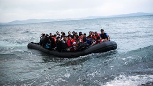 Un canot transportant des migrants afghans arrive sur l'île de Kos (Grèce), le 27 mai 2015. (ANGELOS TZORTZINIS / AFP)