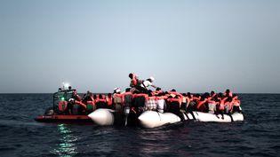 Des migrants à bord d'un canot pneumatique secourus par des membres de l'ONG SOS Méditerranée, le 9 juin 2018, en mer Méditerranée. (KARPOV / SOS MEDITERRANEE / AFP)
