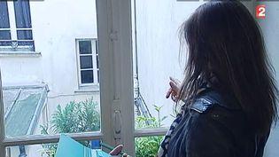 Capture d'écran montrant une agente de la mairie de Paris lors d'une vérification de meublés touristiques, en mai 2015. ( FRANCE 2)