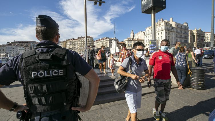 Contrôle de police sur le port du masque sur le Vieux-Port à Marseille (Bouche-du-Rhône), le 17 août 2020. (MAXPPP)