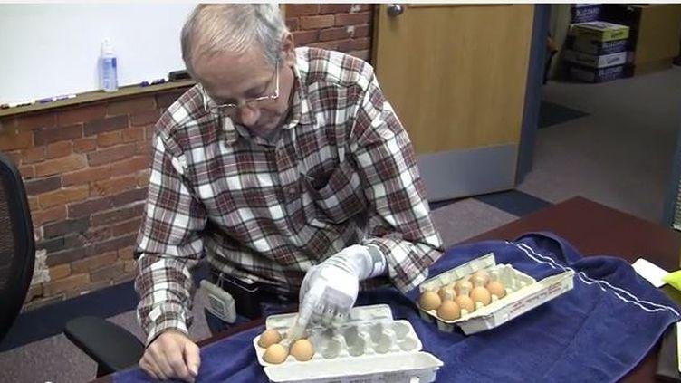 Un des patients avec le bras bionique DEKA manipule des œufs sans les casser, dans une vidéo diffusée par le ministère de la Défense américain le 9 mai 2014. (DEKA ARM SYSTEM / YOUTUBE / FRANCETV INFO)