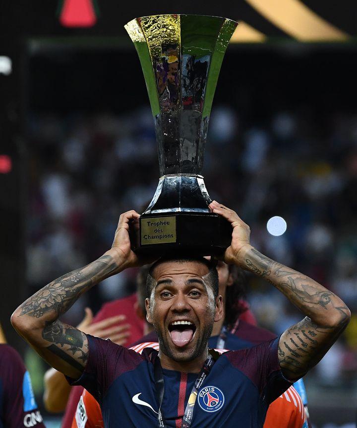 Premier match officiel de Daniel Alves avec le PSG et premier trophée, lors du Trophée des Champions 2017
