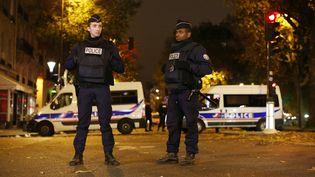 Des policiers sécurisent la zone à proximité du Bataclan, à Paris, le 14 novembre 2015. (MALTE CHRISTIANS / DPA / AFP)