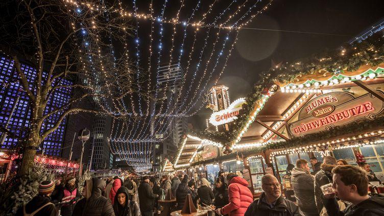 Lemarché de Noël de Berlin visé par une attaque au camion-bélier a rouvert, le 22 décembre 2016. (MICHAEL KAPPELER / DPA / AFP)