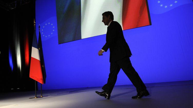 Nicolas Sarkozy monte à la tribune, le 1er décembre 2011 à Toulon (Var). (ERICFEFERBERG / AFP)