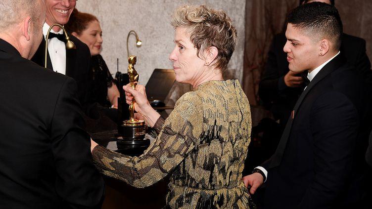 L'actrice Frances McDormand avec son Oscar, 4 mars 2018  (KEVORK DJANSEZIAN / GETTY IMAGES NORTH AMERICA / AFP)