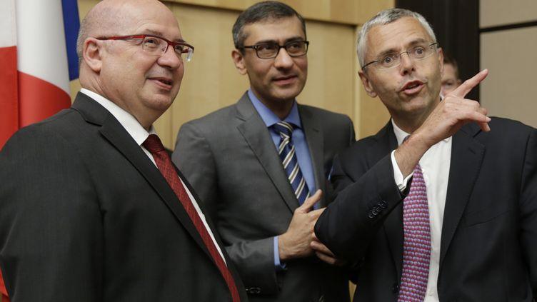 Michel Combes (à droite), alors président d'Alcatel-Lucent, avant son audition par des députés sur la fusion de l'entreprise avec Nokiale 16 juin 2015. (KENZO TRIBOUILLARD / AFP)
