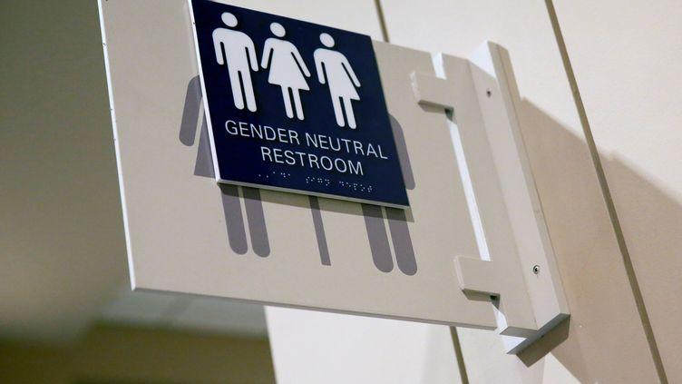 """Un panneau indiquant des toilettes """"neutres"""" lors de la conférence annuelle sur la santé des personnes trans, à Philadephie (Pennsylvanie, Etats-Unis), le 9 juin 2016. (SHANNON STAPLETON / REUTERS)"""