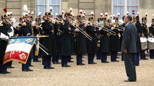La fanfare de la garde républicaine interprète La Marseillaise en 2003 à l'Elysée. (PATRICK KOVARIK / AFP)