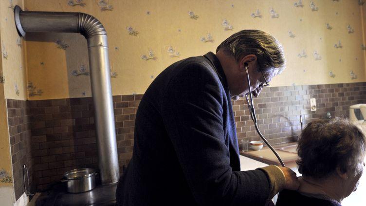 Un médecinde campagne examine une patiente, àEgliseneuve-d'Entraigues (Puy-de-Dôme), le 29 janvier 2013. (THIERRY ZOCCOLAN / AFP)