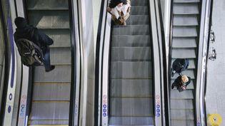 Des usagers du métro, à Paris, le 7 mars 2020. (HANS LUCAS / AFP)