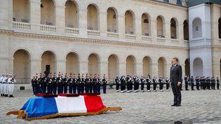 Emmanuel Macron devant le cercueil du caporal-chef Maxime Blasco tué au Mali, le 29 septembre 2021, aux Invalides, à Paris. (STEPHANE MAHE / POOL / AFP)