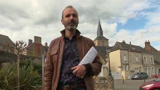Depuis plusieurs semaines, Anthony Mussard a une vie multiple : infirmier à l'hôpital pour lutter contre l'épidémie de coronavirus, mais également futur maire d'une petite commune de la Sarthe. (FRANCE 2)