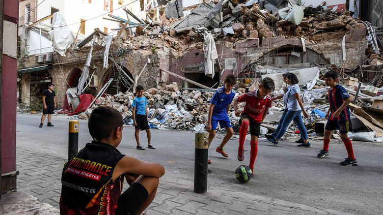 Des enfants jouent dans le quartier de Gemmayzeh de Beyrouth (Liban), le 28 août 2020. (AFP)