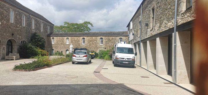 La cour intérieurede la communautédes frères missionnaires montfortains, à Saint-Laurent-sur-Sèvre, dans le nord-est de la Vendée, le 9 août 2021. (MAINA SICARD-CRAS / FRANCE 3)
