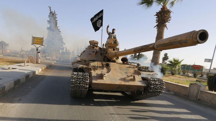 Un char de l'Etat islamique dans les rues de Raqqa, en Syrie, le 30 juin 2014. (REUTERS)