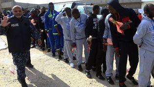 En Libye, en Tripoli, des migrants attendent d'être rapatriés vers leur pays le 28 novembre 2017 dans le cadre d'un programme coordonné par l'Organisation internationale pour les migrations (OIM). (MAHMUD TURKIA / AFP)