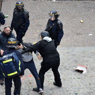 Alexandre Benallafrappeun manifestant place de la Contrescarpe, à Paris, le 1er mai 2018. (NAGUIB-MICHEL SIDHOM / AFP)