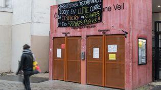 La grève se poursuit également dans certains établissements scolaires, comme au groupe scolaire Simone-Veil à Paris. Au total, 150 écoles sur 650 sont toujours pertubées dans la capitale. La part de gréviste dépasse 50% dans 75 d'entre elles. (RICCARDO MILANI / HANS LUCAS / AFP)
