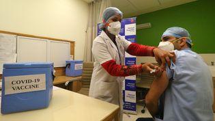 Un homme participe à un exercice de simulationen vuede la campagne de vaccination contre le Covid-19, le 2 janvier 2021, en Inde. (VISHAL BHATNAGAR / NURPHOTO / AFP)