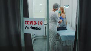 Les sondages montrent une inversion de l'opinion des Français désormais favorables à la vaccination. (GETTY IMAGES / EYEEM)