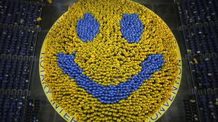 Le plus grand smiley du monde a été réalisé par les membres du Rotary réunis en convention à Bangkok(Thaïlande) afin de réunir des fonds destinés à combattre la poliomyélite, le 7 mai 2012. (CHAIWAT SUBPRASOM / REUTERS)