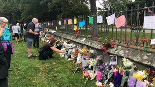 Hommage aux victimes, au lendemain des attentats de Christchurch en Nouvelle-Zélande. (CARRIE NOOTEN / FRANCE-INFO)