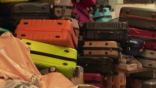 En Vendée, un homme répare les valises usées. Une bonne idée de recyclage. (France 3 Pays de la Loire)