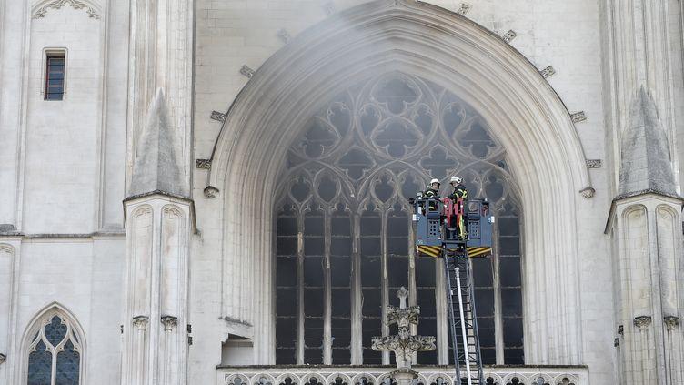 Des pompiers luttent contre l'incendie qui a gravement endommagéla cathédrale de Nantes, le 18 juillet 2020. (SEBASTIEN SALOM-GOMIS / AFP)