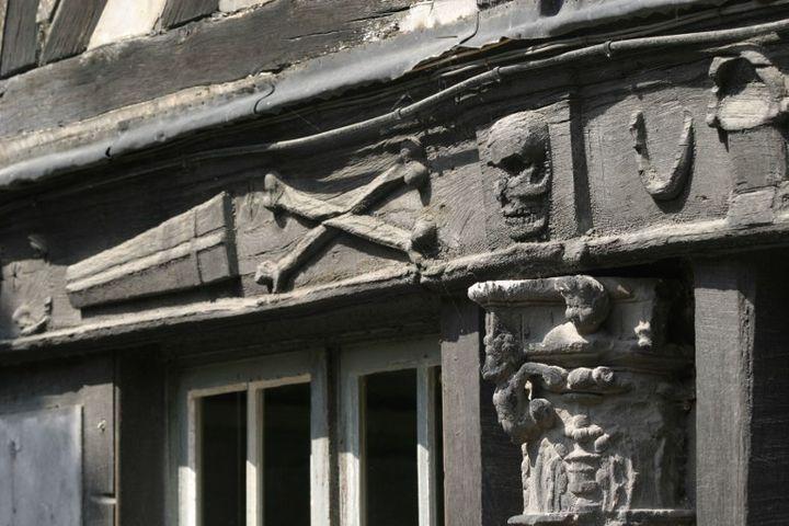 L'Aître Saint-Maclou de Rouen : figures macabres sur une façade  (Photo12 / Gilles Targat)