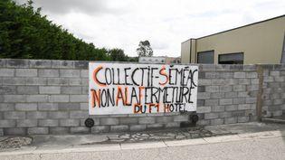 Le mur construit devant un hôtel Formule 1 à Séméac (Hautes-Pyrénées) a été détruit. (LAURENT FERRIERE / HANS LUCAS)