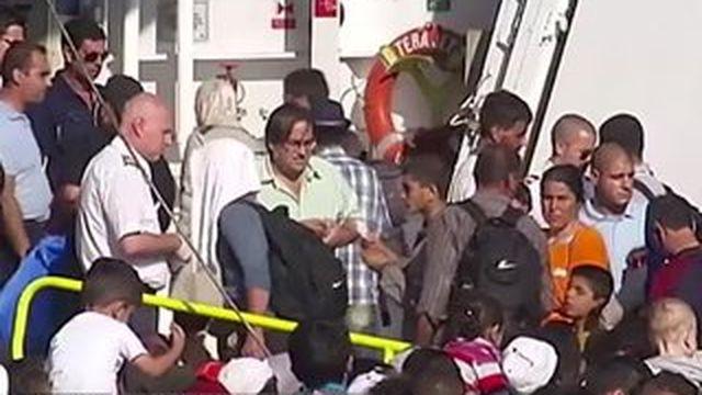"""Migrants : l'île grecque de Lesbos """"au bord de l'explosion"""""""