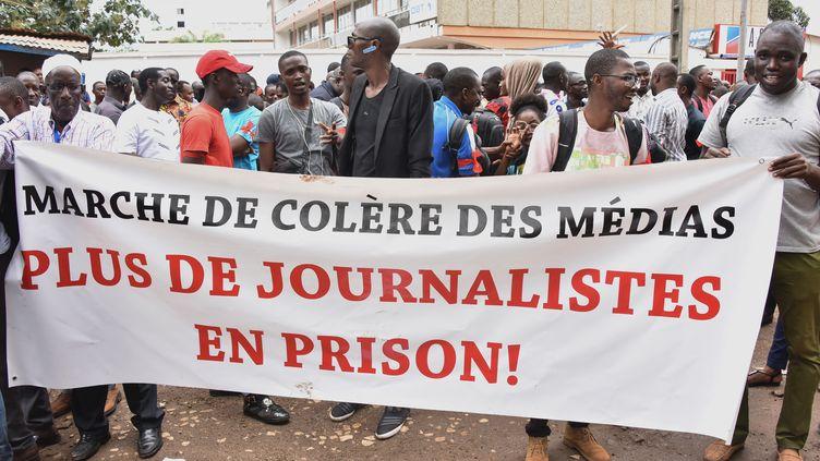 Des journalistes guinéens manifestent le 2 avril 2019 à Conakry pour demander la libération du journaliste Lansana Camara, directeur du site internet conakrylive.info. (CELLOU BINANI / AFP)