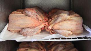 Des poulets bio dans un réfrigérateur, en Provence, le 5 février 2018. (ERIC GUILLORET / BIOSPHOTO / AFP)
