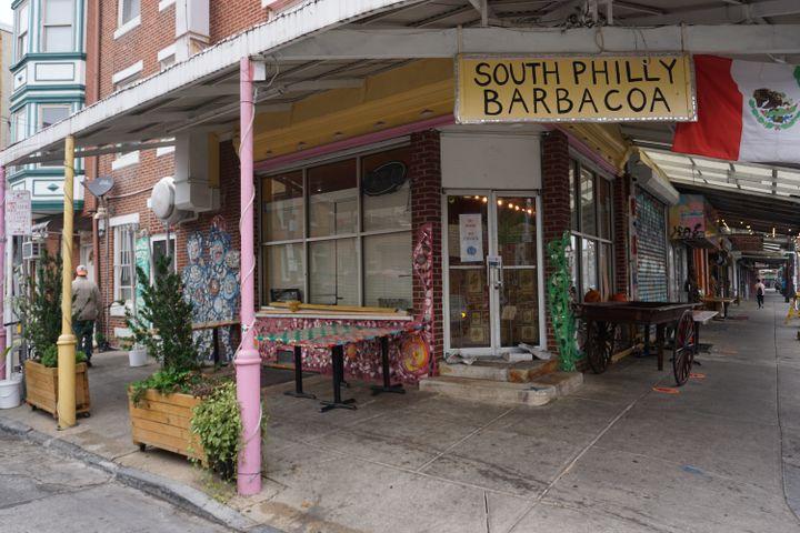 """Cristina Martinez a elle-même décoréSouth Philly Barbacoa, avec des plantes, des mosaïques et des couleurs""""comme au Mexique"""". (MARIE-VIOLETTE BERNARD / FRANCEINFO)"""