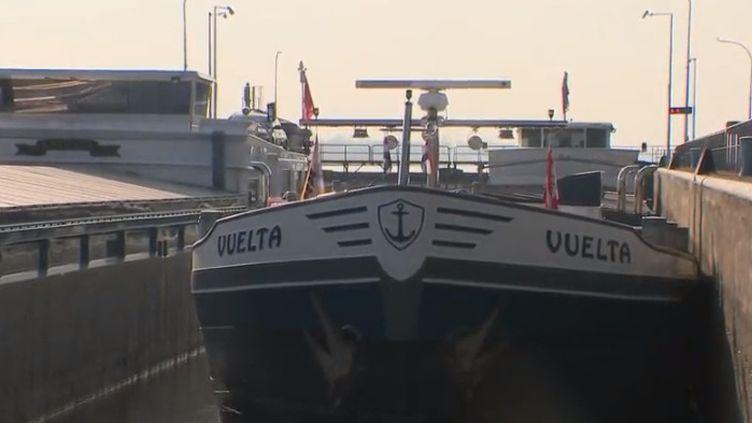 France 2 retourne sur le Rhin et y retrouve ses amoureux : les touristes qui viennent s'y offrir des croisières inoubliables et ceux qui y vivent et y travaillent toute l'année. Tous profitent de la douceur du fleuve. (France 2)