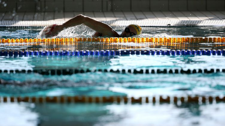 Un nageur dans un bassin, illustration. (VALLAURI NICOLAS / MAXPPP)